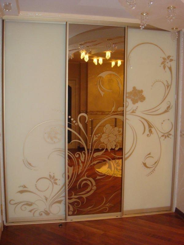 Двери купе зеркало с пескоструйным рисунком.